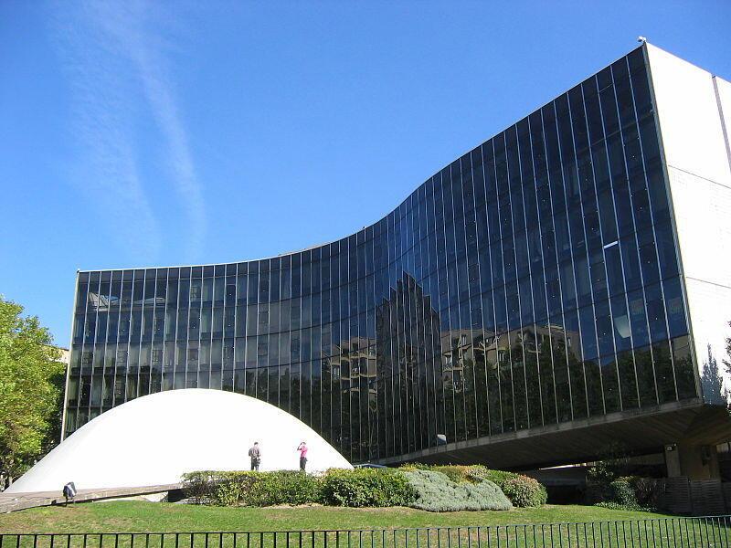 A sede do Partido Comunista Francês, em Paris, foi projetada em 1966 pelo arquiteto Oscar Niemeyer