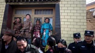 藏人在警察監督下慶祝藏族節日Monlam節2018年3月1日青海同仁縣
