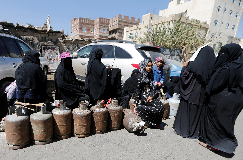 Des femmes font la queue pour obtenir du gaz, à Sanaa, le 7 novembre 2017.