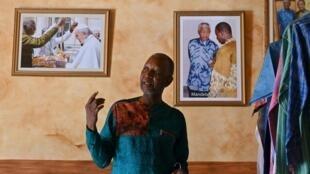 El diseñador marfileño-burkinés Pathé'O en su tienda de Abiyán, el 26 de mayo de 2021