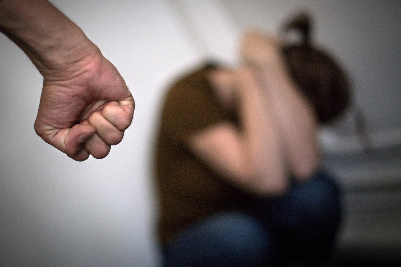 В Перми СК прекратил уголовное преследование школьницы, убившей отчима. Мужчина устраивал пьянки, изибвать мать девочки и напал на ее бабушку и подругу