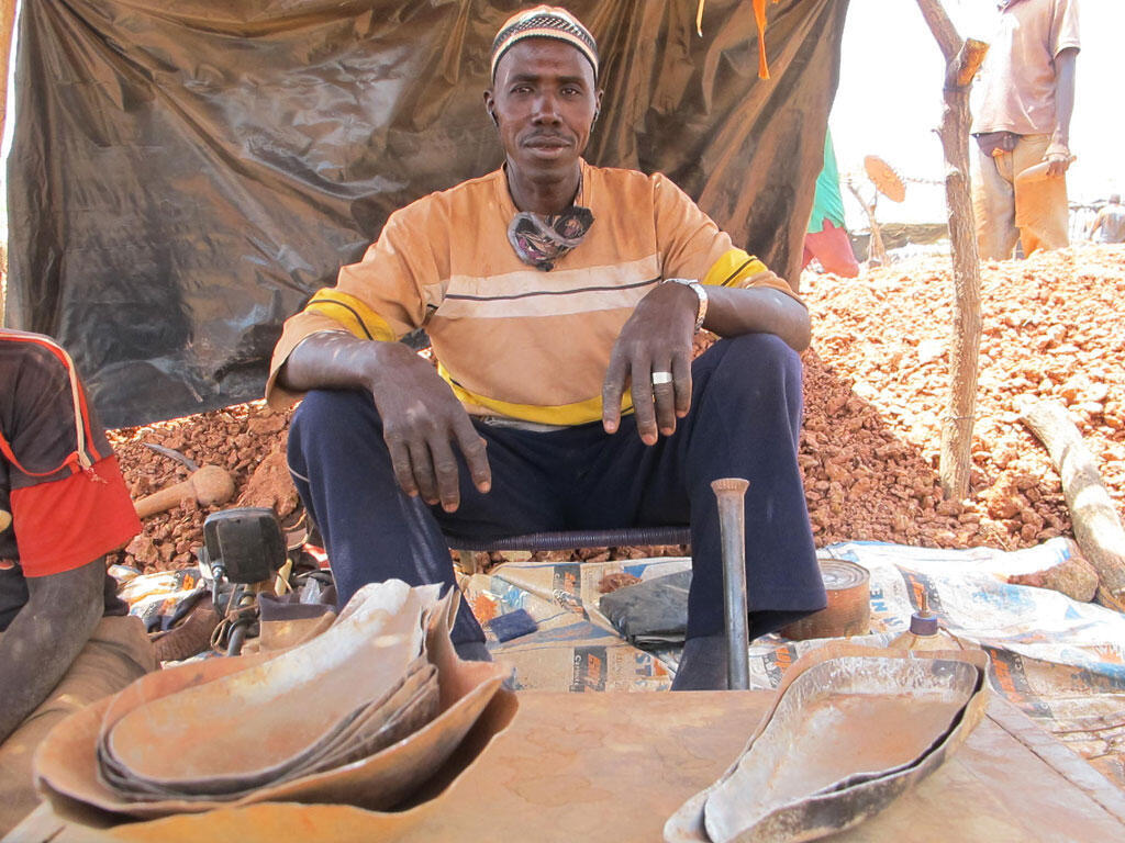 Une fois lavé, l'or est pesé et revendu à un « balancier » qui le revendra à son tour à des commerçants de Bamako. Lorsqu'il ne traverse pas la frontière, en toute discrétion.