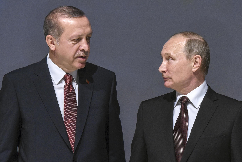 Tổng thống Nga Vladimir Putin (P) và đồng nhiệm Thổ Nhĩ Kỳ Recep Tayyip Erdogan tại Hội nghị Năng lượng Thế giới, Istanbul, ngày 10/10/2016