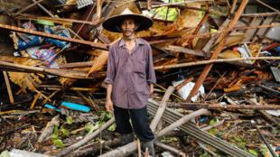 Un homme dans les décombres de sa maison touchée par le tsunami. Pandeglang (Indonésie), le 24 décembre 2018.