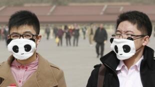 3月9日北京又是雾霾天气,这是两名在天安门广场带大口罩防污染的男子。