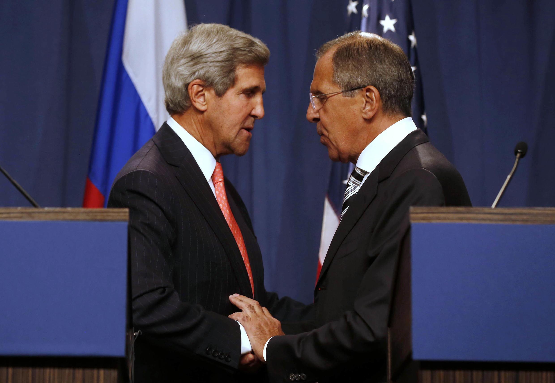 Ngoại trưởng Mỹ John Kerry (trái) và người đồng nhiệm Nga Sergei Lavrov (phải) tại hội nghị Genève ngày 14/09/2013.