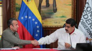 Nicolas Maduro amuunga mkono Makamu wake, TareCk el-Aissami, anaekabiliwa na vikwazo vya Marekani. Caracas, Februari 14, 2017..