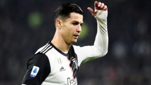 Cristiano Ronaldo cikin fushi, yayin ficewa daga filin wasan fafatawa da AC milan, bayan maye gurbinsa da Paulo Dybala.