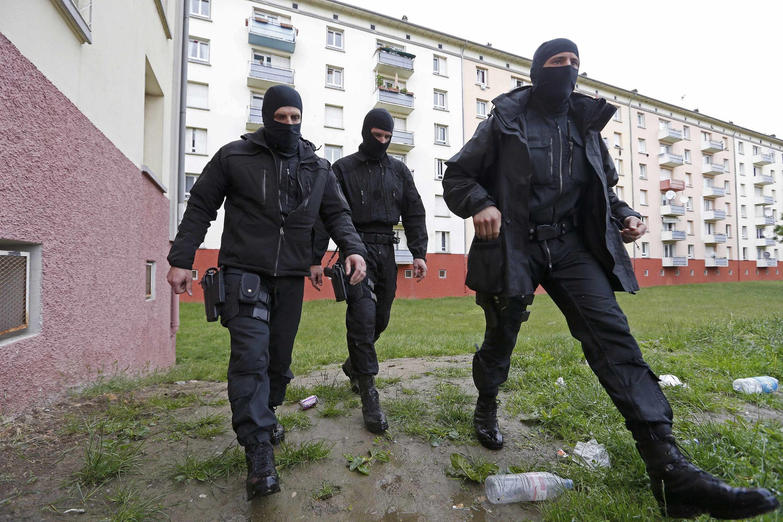 O estado de emergência na França tem provocado abusos