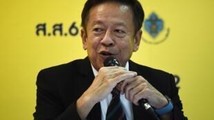 Le secrétaire général de la Commission électorale Jarungvith Phumma lors d'une conférence de presse le 25 mars 2019 à Bangkok.