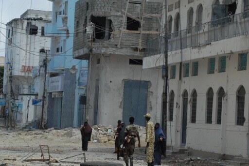 Après le repli des shebabs de la capitale, les soldats empêchent les civils de pénétrer dans le marché Bakara qui était aux mains des insurgés, Mogadiscio, le 6 août 2011.