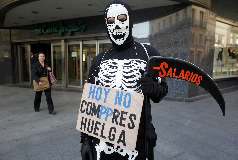 """29 марта 2012 г. Центр Мадрида. Человек с плакатом: """"Не покупайте сегодня. Забастовка"""". На косе надпись - """"работники"""""""