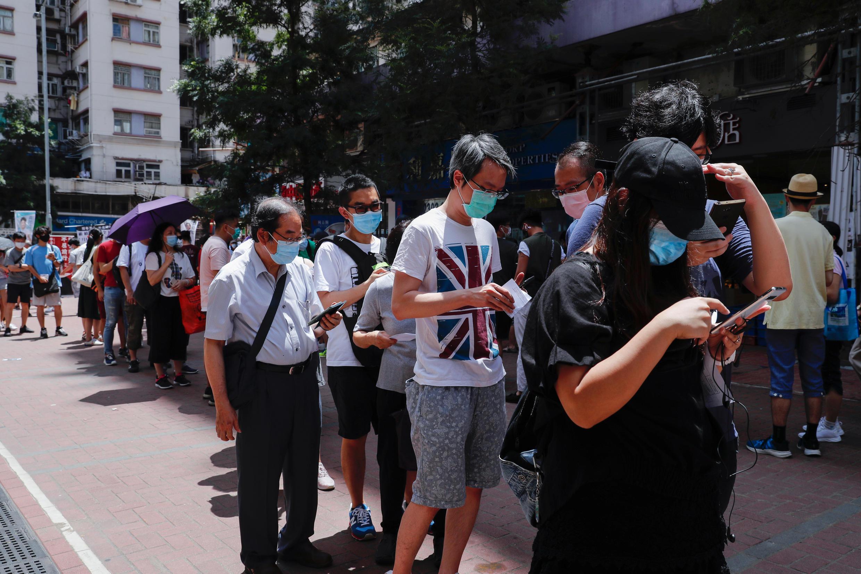 周六香港市民排隊參加民主派立法會初選資料圖片