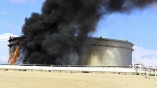 Trois réservoirs de pétrole en feu dans un terminal de l'est de la Libye, le 25 décembre 2014.
