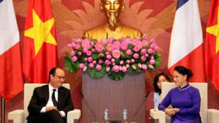 Tổng thống Pháp François Hollande và chủ tịch Quốc Hội Nguyễn Thị Kim Ngân tại nhà Quốc Hội Việt Nam, ngày 06/09/2016.