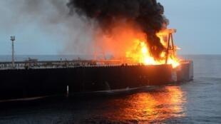 Le pétrolier New Diamond, au large du Sri Lanka, est depuis jeudi 3 septembre la proie des flammes.