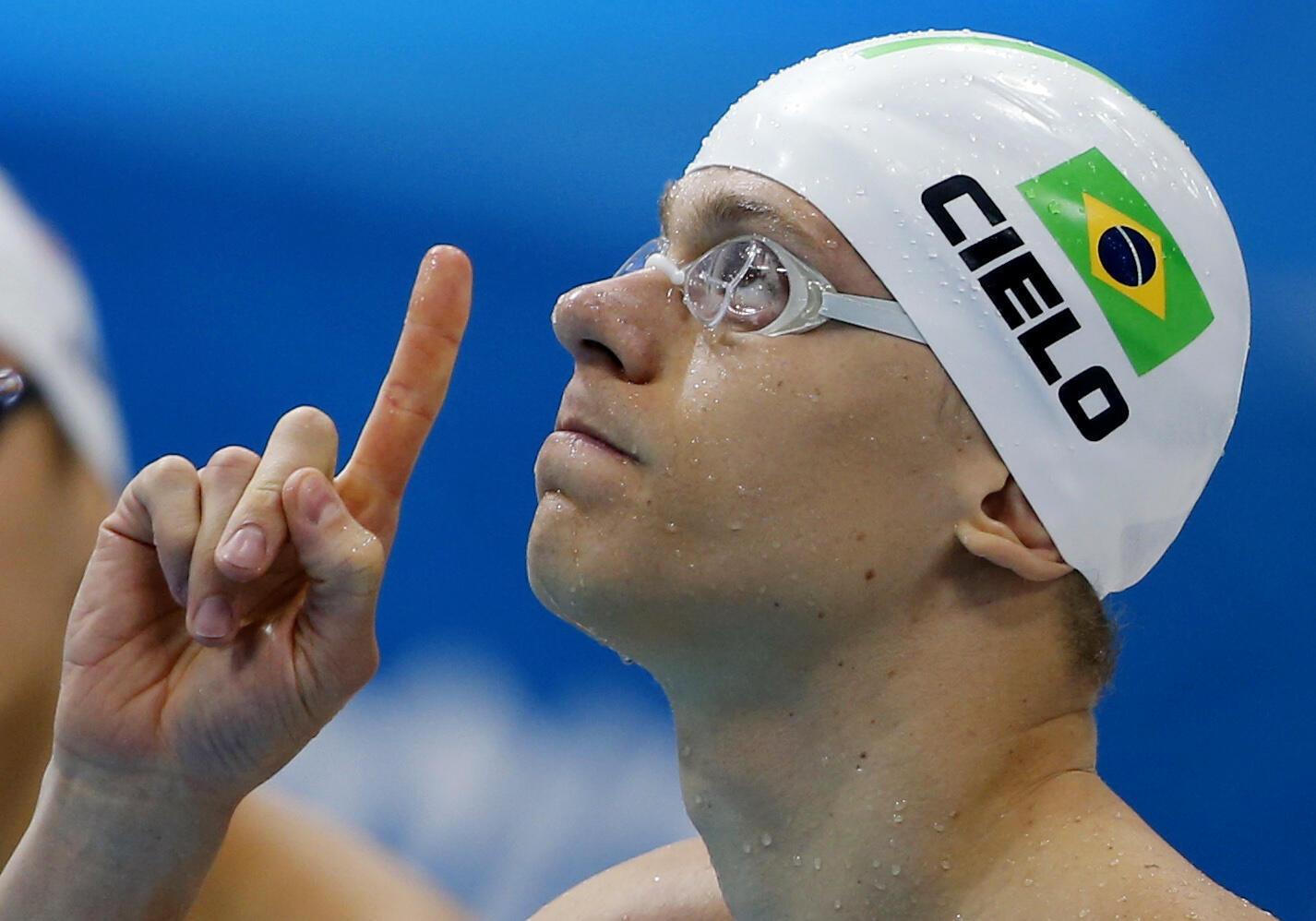 O nadador brasileiro César Cielo se prepara para correr os 100 metros livres em Londres nesta terça-feira.