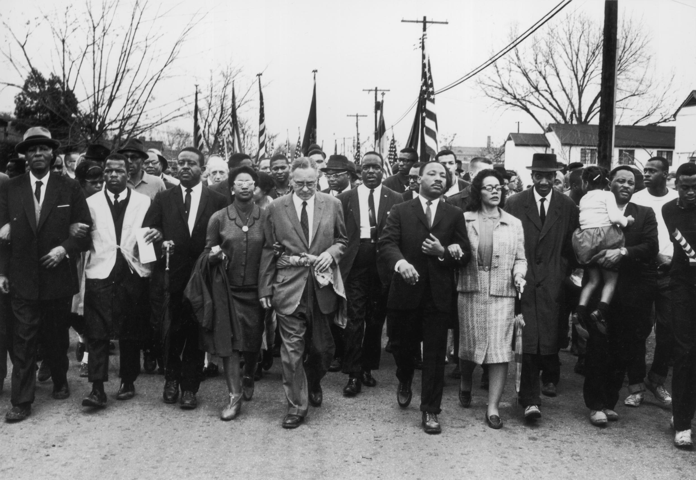Martin Luther King lors d'une marche pour le droit de vote des Afros-Américains entre Selma (Alabama) et Montgomery, en mars 1965.