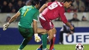 Marouane Chamakh devance la sortie de Gianluigi Buffon.