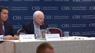 Thượng Nghị Sĩ John McCain tại cuộc hội thảo về Biển Đông ở Trung tâm Nghiên cứu Chiến lược Quốc tế CSIS - Washington ngày 21/06/2011/