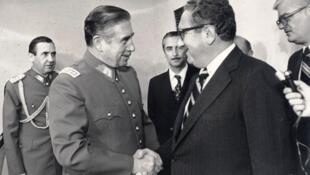 Nhà cựu độc tài Chilê Augusto Pinochet (T) bắt tay ngoại trưởng Mỹ Henry Kissinger năm 1976.