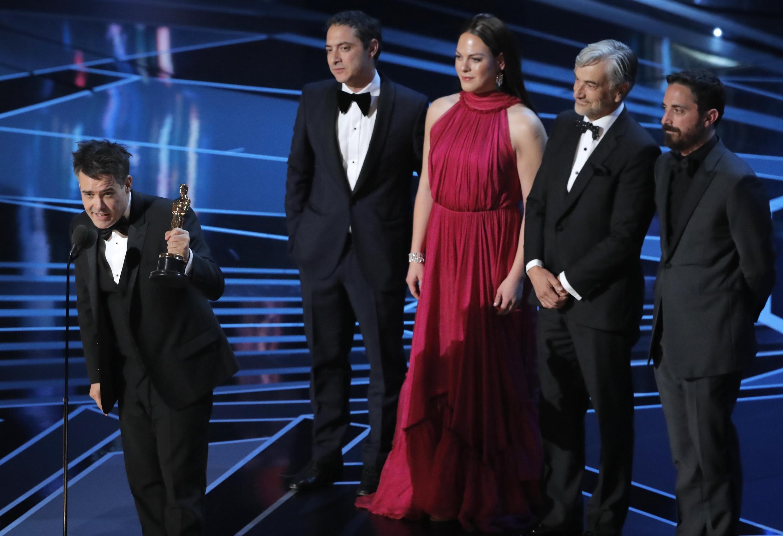 """El chileno Sebastián Lelio y el equipo de """"Una mujer fantástica"""" recibieron el Oscar a la Mejor Película extranjera."""
