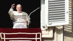 Papa Francisco saúda fieis reunidos na Praça São Pedro, no Vaticano, em 10 de novembro de 2019.