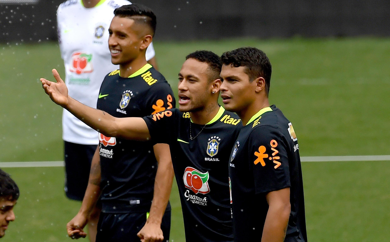 O avançado brasileiro Neymar (centro), junta-se aos defesas brasileiros do PSG, Marquinhos (esquerda) e Thiago Silva (direita). Imagem de Arquivo durante um treino da Selecção Brasileira no Estádio Mineirão, em Belo Horizonte, a 9 de Novembro de 2016.