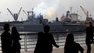 停靠在马尼拉湾的越南俄制导弹护卫舰2014年11月25日