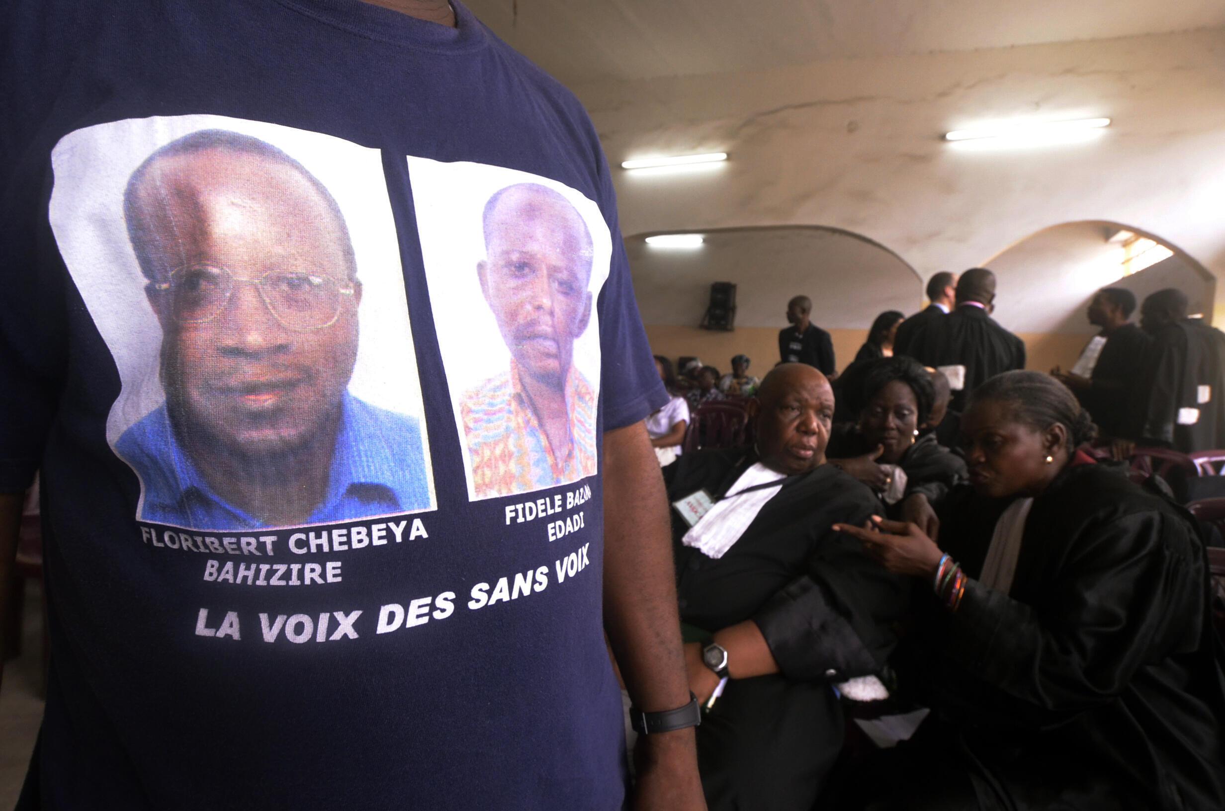 Mtu huyu akiwa na fulana iliyo na picha za Floribert Chebeya na Fidèle Bazana, wanaharakati wa haki za binadamu waliouawa mwezi Juni 2010.