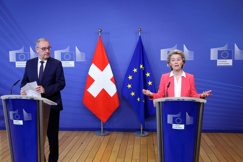 El presidente de la comisión europea Ursula Von der Leyen (dcha) y el presidente suizo Guy Parmelin durante una rueda de prensa en Bruselas el 23 de abril de 2021