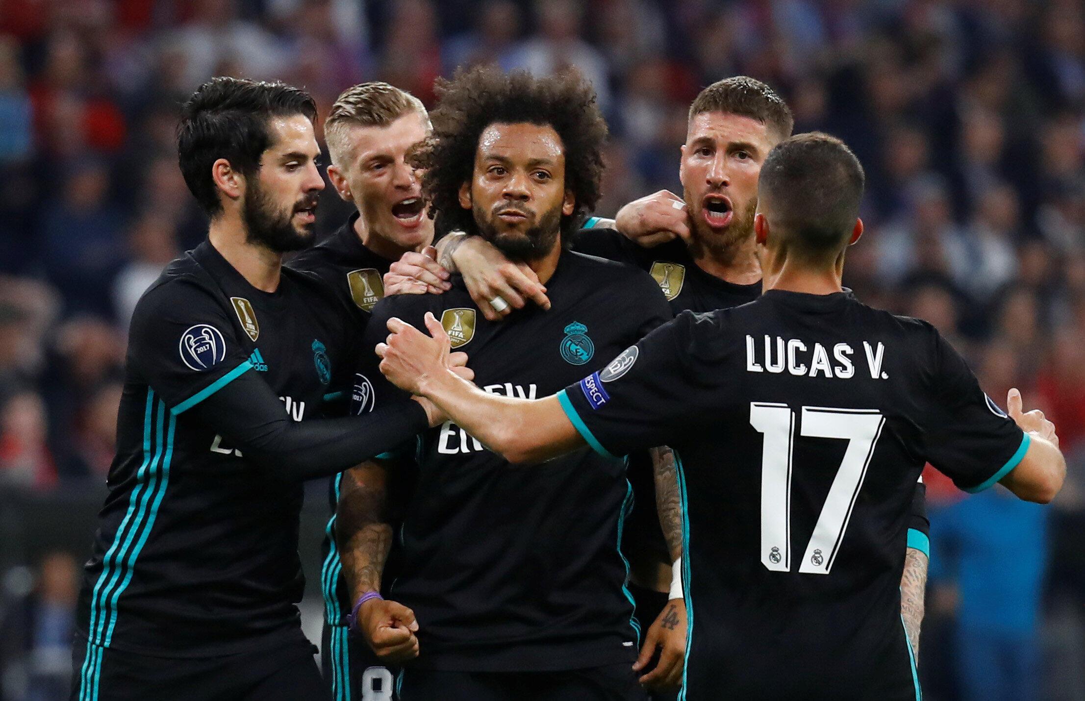 Le Brésilien Marcelo, entouré de ses coéquipiers du Real Madrid, après son but face au Bayern Munich le 25 avril 2018.
