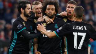 Mchezaji kutoka Brazil Marcelo, akizungukwa na wachezaji wenzake wa Real Madrid, baada ya kuilaza Bayern Munich tarehe 25 Aprili, 2018.