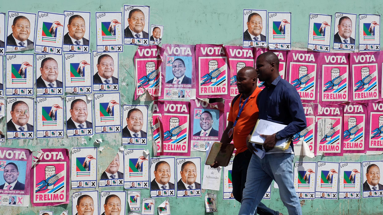 Eleitores esperam para conhecer o resultado da eleição geral em Moçambique
