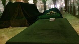 بر اساس تصویر خبرگزاری صدا و سیما پیکر هاشمی رفسنجانی در جوار پیکر آیت الله خمینی بخاک سپرده شد.