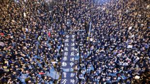 Des milliers de personnes sont rassemblées dans les rues de Hong Kong pour le retrait de la loi d'extradition, le 16 juin 2019.