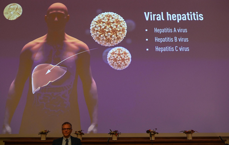 El miembro del Comité Nobel Patrik Ernfors frente a una pantalla que explica el trabajo de los ganadores del Premio Nobel de Medicina de 2020 en el Instituto Karolinska de Estocolmo, Suecia, el 5 de octubre de 2020