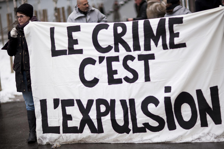 Protestos nas ruas de Lausanne, na Suiça, contra o referendo aprovado no domingo.