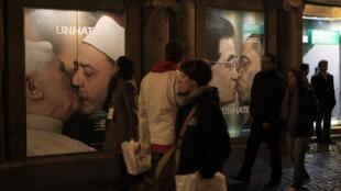 Cartazes da polêmica campanha da Benetton em Roma mostram o papa Bento XVI beijando um líder religioso muçulmano.