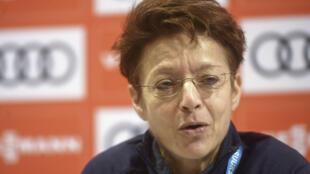 Sarah Lewis, alors  secrétaire générale de la FIS, s'exprimant devant la presse à Kuusamo, en Finlande, le 29 novembre 2019