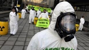 Activistas de Greenpeace protestan en Madrid, frente al ministerio del Interior, contra la intención del gobierno español de construir un basurero nuclear.