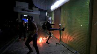 Los manifestantes atacan un banco en Sidón, Líbano, el 29 de abril de 2020.