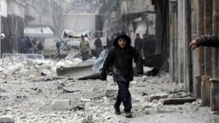 Un garçon marche parmi les décombres d'un quartier d'Alep, le 26 février 2015.