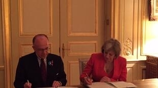 Bernard Cazeneuve, ministro francês do Interior, com a sua homóloga britânica, Theresa May, em Londres.