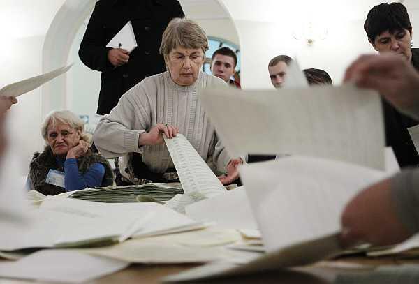 Miembros de la comisión electoral local cuentan votos en Kiev, el 28 de octubre de 2012.