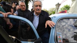 L'ancien président de l'Uruguay (2010-2015), Jose Mujica, arrive dans un bureau de vote à Montevideo lors des élections générales uruguayennes du 27 octobre 2019.
