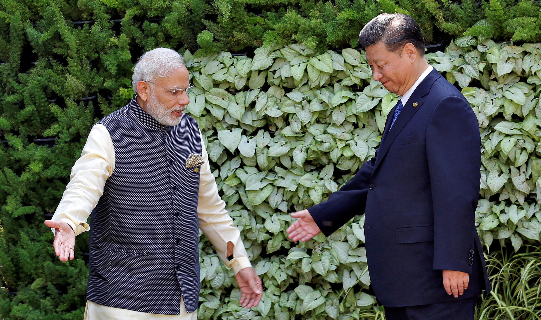 Thủ tướng Ấn Độ Narendra Modi (T) và chủ tịch Trung Quốc Tập Cận Bình gặp nhau tại thượng đỉnh BRICS ngày 16/10/2016 ở Ấn Độ.