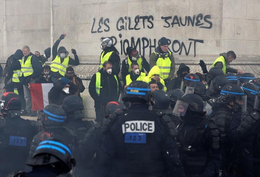 Manifestantes vandalizam o Arco do Triunfo no dia 1° de dezembro de 2018.
