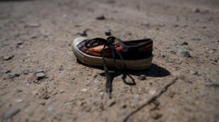 Une chaussure d'enfant abandonnée, près d'un camp de migrants à El PAso, au Texas, le 13 juin 2019.