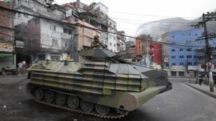 Tanque da polícia militar patrulha Favela da Rocinha, neste domingo, após a ocupação.